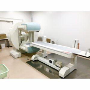 人体に投与した放射線薬品が目的部位にどのように集積するのかを装置でスキャンします。 こちらの絵のように、検出器に体にピッタリとくっつけ、放射線薬品から放出される放射線を検知し、画像を得ます。