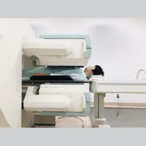 人体に投与した放射線薬品は、目的部位にどのように集積するのかを、装置でスキャンします。 カメラを体にピッタリとくっつけ、放射線薬品から放出される放射線を検知し、画像化します。
