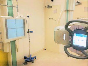 こちらの装置は一般撮影装置です。絵にはX線管と立位台が描かれています。台の内部には、FPDというX線を検知する板があり、X線管よりX線を照射することにより、画像を得ることができます。撮影では「息を吸ってください。そのまま止めていてください。」とX線を照射して肺の写真を撮影をしたり、お腹や骨の写真を撮影します。