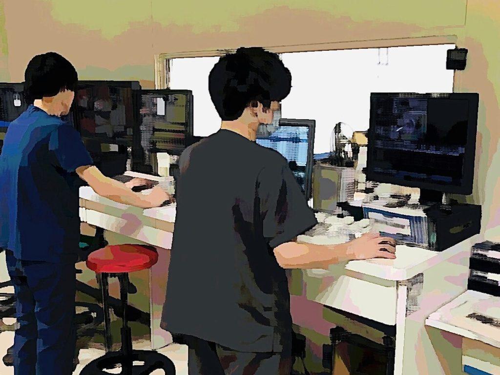 こちらはCT操作室です。この施設では、画面右の技師が撮影を担当、画面左の技師が画像作成と送信を担当しています。
