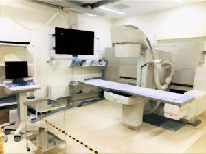 こちらの装置はX線透視検査装置です。少ないX線を連続的に照射し動画を映し出し、消化器、尿路、関節等を確認しながら、造影剤(病変部をわかりやすくする薬)等を使用し、X線写真を撮影する検査を行います。